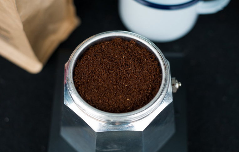 پودر قهوه در سبد موکاپات